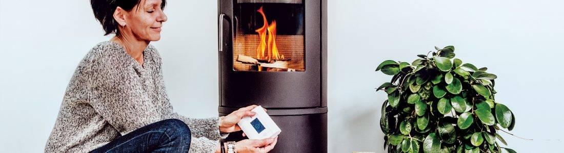 avfyring av ved i ovnen